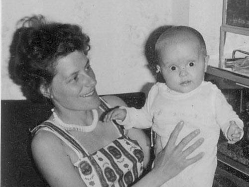 Der kleine Markus bei Mama aufm Arm