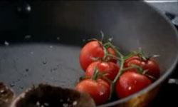Tomaten samt Stil in der Pfanne