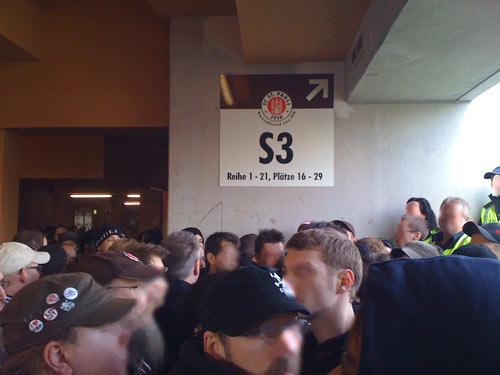 Beklemmende Sitaution am von den Ultras blockierten Eingang zur Südkurve